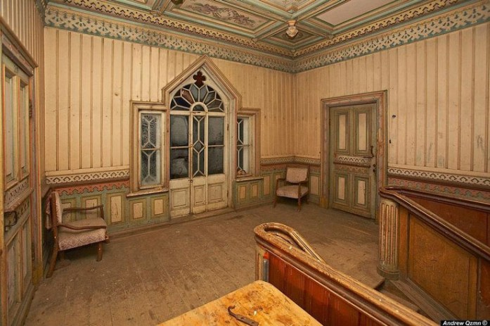 Arquitectura de madera muy trabajada en una mansión abandonada