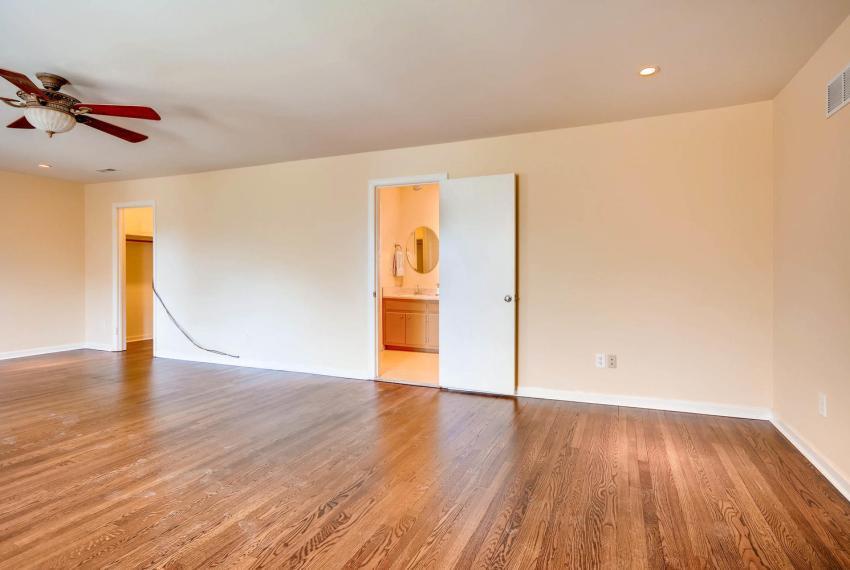 2587-cosmos-court-ne-atlanta-large-028-5-2nd-floor-master-bedroom-1499x1000-72dpi