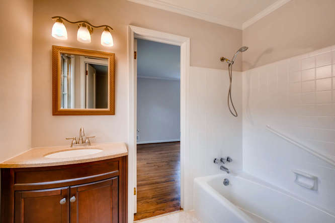 2928 Randolph Rd Atlanta GA-small-036-24-Jack and Jill Bathroom-666x445-72dpi
