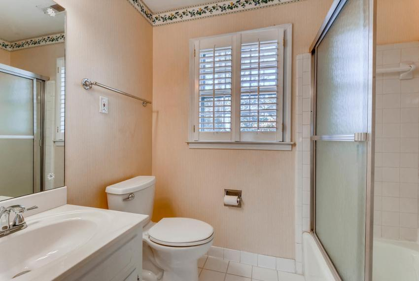 2556 midvale Forest Drive-large-032-42-2nd Floor Bathroom-1499x1000-72dpi