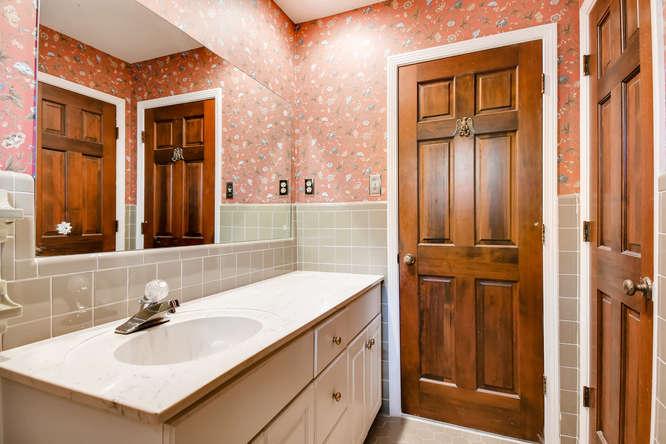 2263 Shasta Way NE Atlanta GA-small-024-42-2nd Floor Bathroom-666x444-72dpi