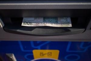 Uprostřed hlubokých amerických lesů se objevil bankomat