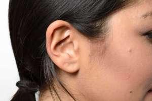 Mladá Číňanka trpí poruchou, při které není schopna slyšet mužské hlasy