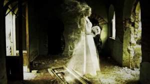 Svatební šaty Anny Baker: Pohrává si s nimi prý duch mrtvé nevěsty