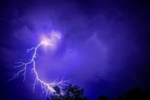 Podivné jevy na obloze: Kdo povoluje bouřku a koketuje s blesky