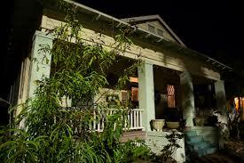 Koronavirus uvěznil muže v domě, kde řádil vrah se sekerou. Nyní v něm straší