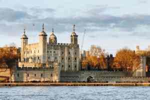 Britské korunovační klenoty v ohrožení. V místnosti se prý objevil přízračný medvěd