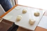 更に切り分けたら丸めて二次発酵へ。