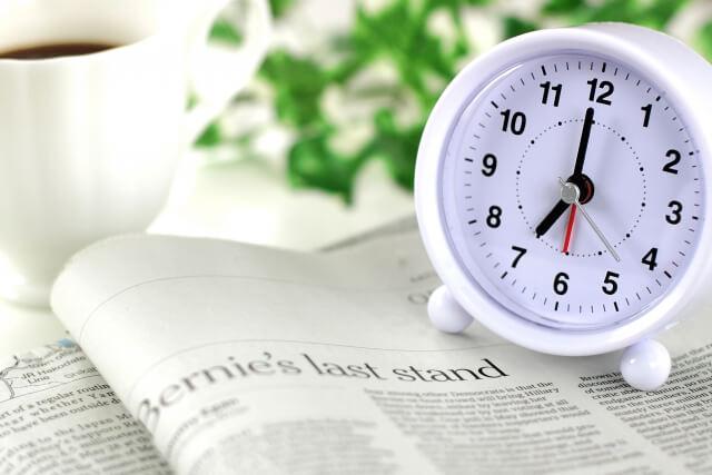 英字新聞とまるい置時計
