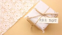 プレゼントと「FOR YOU」の文字