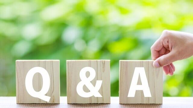木製の板に「Q」「&」「A」の文字