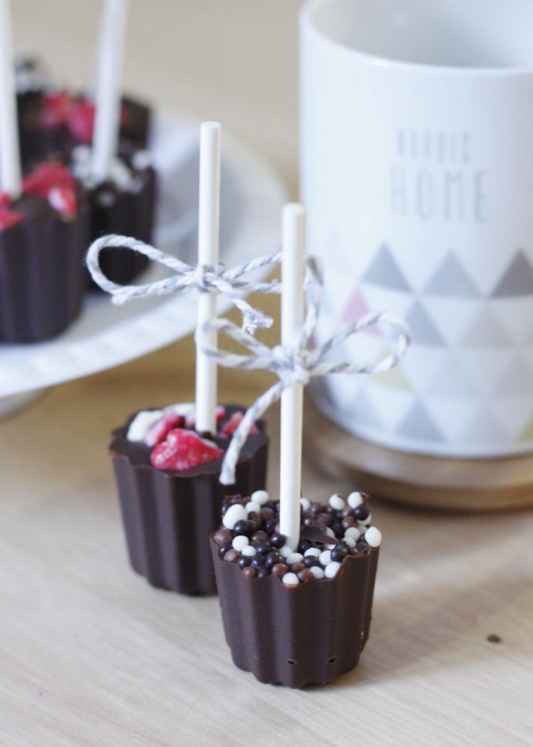 Trempez ces jolies sucettes en chocolat dans une tasse de lait chaud pour un chocolat chaud régressif et réconfortant.