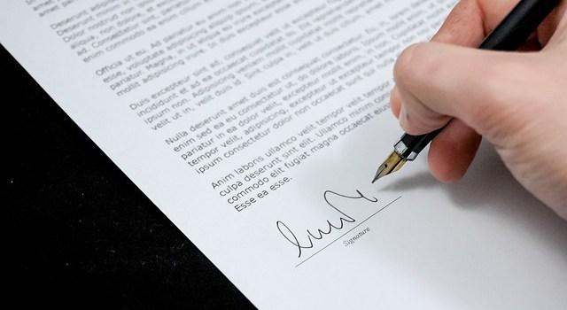 書類にサインする