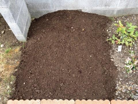 堆肥作り09畑の土をかぶせる