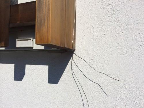 窓枠にワイヤーを軽くとめる