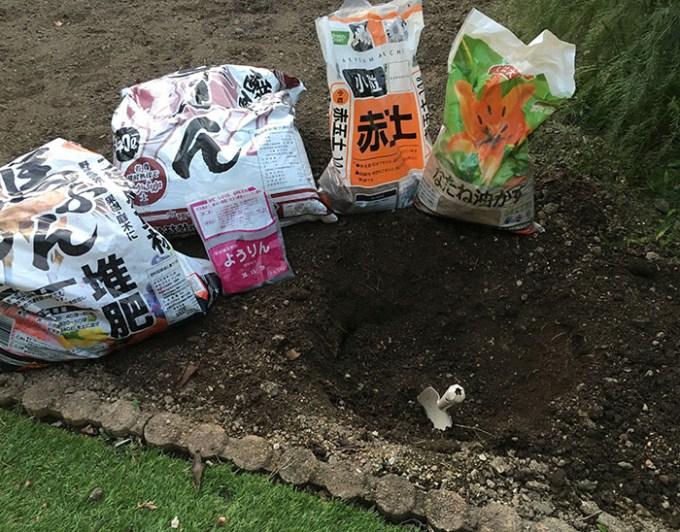 肥料と堆肥を植え穴に