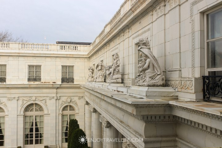 Cherubs overlooking the courtyard of Rosecliff Mansion