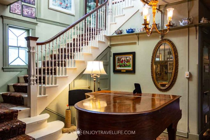 Red Lion Inn - Piano and Staircase