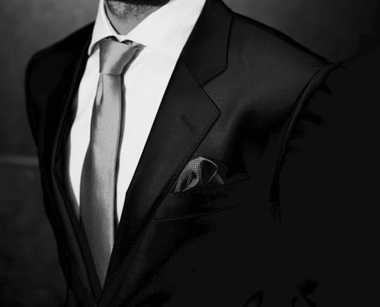 Mørk dress, hvit skjorte og enkelt slips. Foto: Menswear