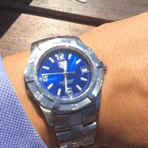 Stålfarget klokke fra TAG Heuer - ikke til hinder for å bruke mansjettknapper i gull