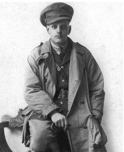 Britisk soldat i trenchcoat