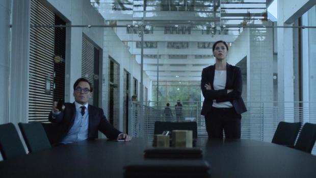 David Dencik som Simon Absalonsen og Natalie Madueño som Claudia Moreno i den danske krimserien Bedrag (sesong 2). Anbefales på det varmeste!