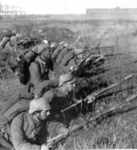 Tyske soldater under 1. verdenskrig (trolig 1914). Ingen skinnlapper å se, men imponerende barter.