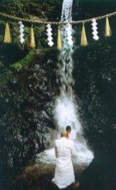 Shintoïsme, l'eau purifie l'ascète et le régénère