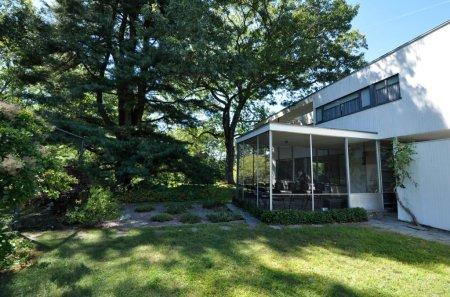Gropius House à Lincoln - façade arrière avec jardin japonais et patio