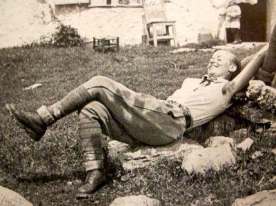 """Charlotte Perriand devant sa maiosn """"Case a La Loti"""" au Plan d'Osier en 1939"""