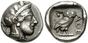 Athens, 449-420 BC. Silver Drachma (14mm, 4.17 gm). Helmeted head of Athena right / ΑΘΕ (ΑΘΗΝΑΙΩΝ - of Athenians), Owl standing right, olive sprig to left; all within incuse square. (crédit Wikipedia)