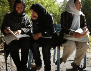 Etudiantes en langues étrangères sur le campus de l'université de Kaboul - photo Thierry Dudoit L'Express)