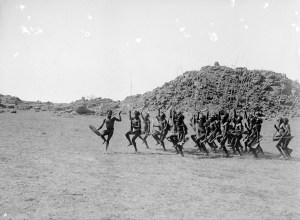Danse d'accueil Arrernte - Alice Springs, Australie centrale, 1901 ( photo Walter Baldwin Spencer et Francis J. Gillen) - Google Art Project
