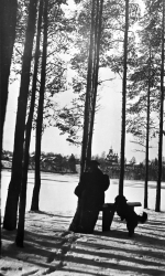 helena-sodergran-and-martti-on-the-beach-the-sodergran-small-house-and-the-church-in-the-background-1920