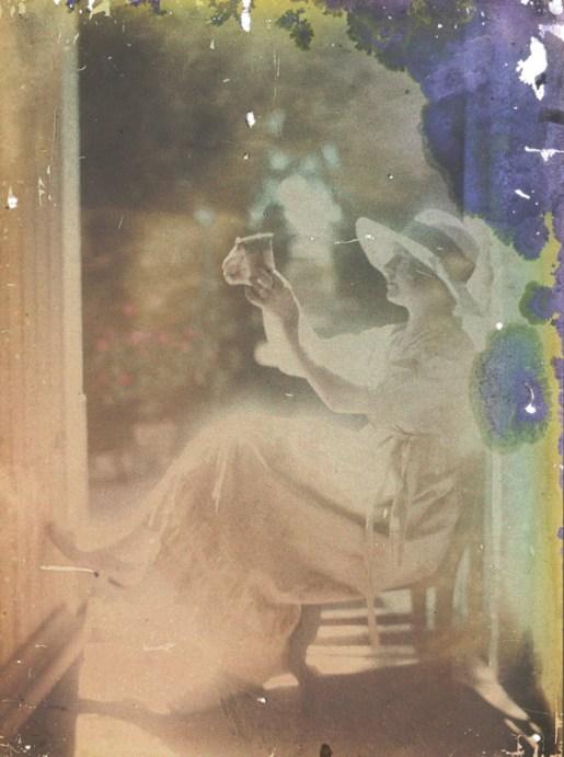 louis-lessieux-femme-au-chapeau-assise-pres-dune-porte-deterioration4