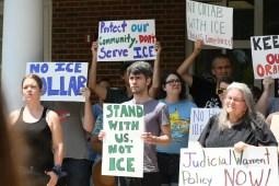 Un grupo de inmigrantes y aliados se reunieron al medio de hoy 26 de julio, en las afueras de la oficina del alguacil del condado de Orange, Charles Blackwood para pedirle que oficialice una política donde se comprometa a aceptar solo las órdenes de detención judiciales de Inmigración.