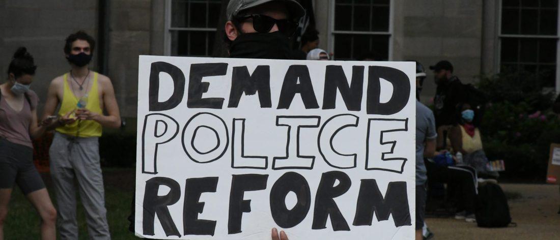 salud mental y ética se incluyen en la iniciativa para las reformas policiales en Carolina del Norte