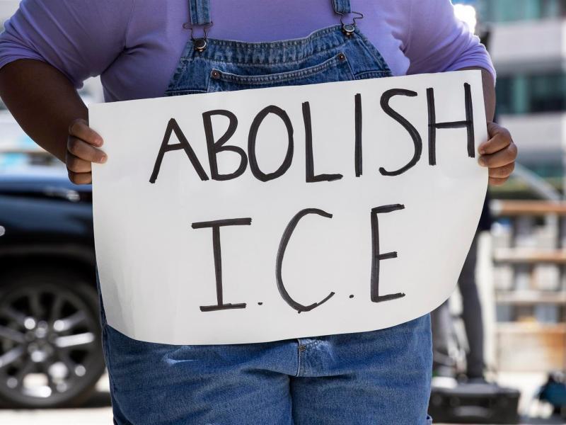 Liberen a inmigrantes