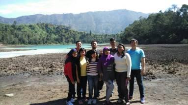 Foto bersama di Telaga Warna, Dieng Plateau