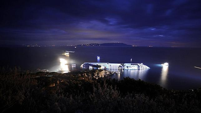 Vista del cruzcero Costa Concordia en ABC.es