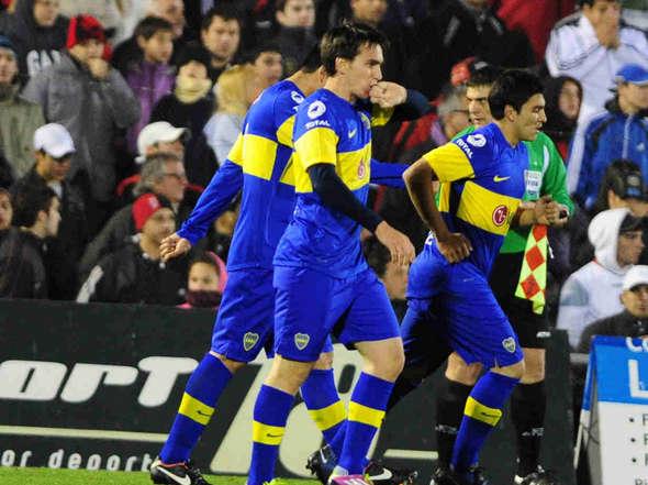 Mouche y sus compañeros celebran el gol de Boca  Juniors sobre River Plate