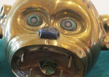 Recuperado: Pendiente escultórico de oro representando una cabeza de mono