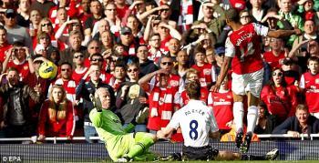 Walcott celebra uno de los goles del Arsenal