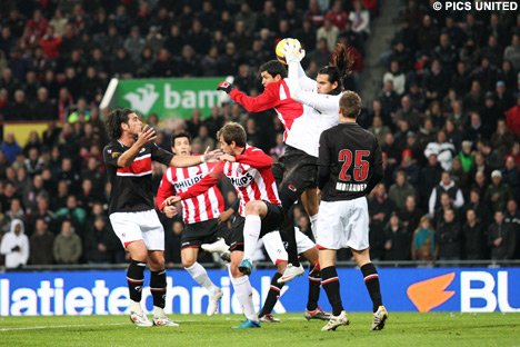 PSV y AZ comparten la punta del torneo de fútbol holandés