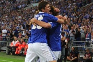 Huntelaar clasificó a los octavos de final al Schalke 04 con sus tres goles