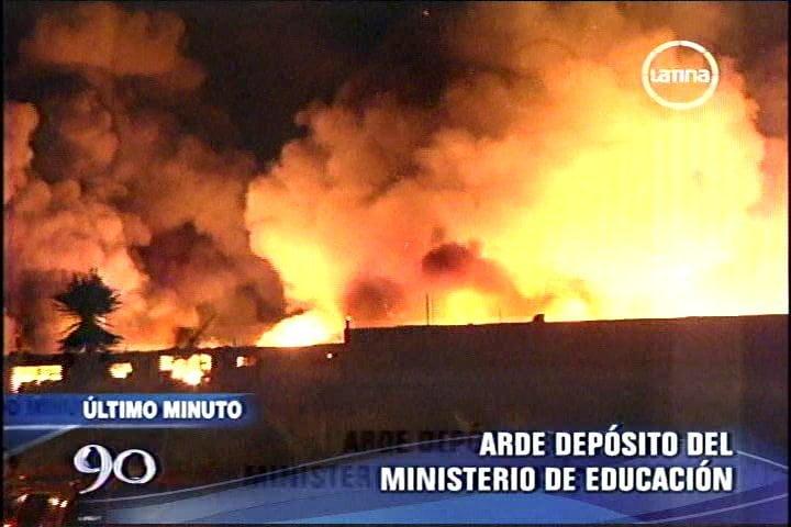 Incendio de proporciones consume depósito del Ministerio de Educación (Referencial)