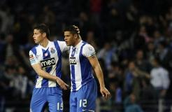 Hulk celebra el gol que le sirvió al Porto mantener la punta del fútbol portugués