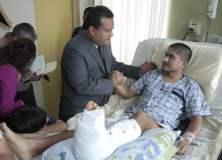 Ministro Urquizo con suboficial herido