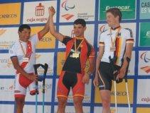 El ciclista peruano Israel Hilario celebra su segundo lugar en el Mundial Paraolímpico