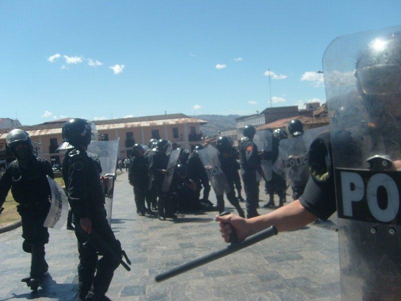 Policías rodean al ex sacerdote Marco Arana / elmoscon.blogspot.com